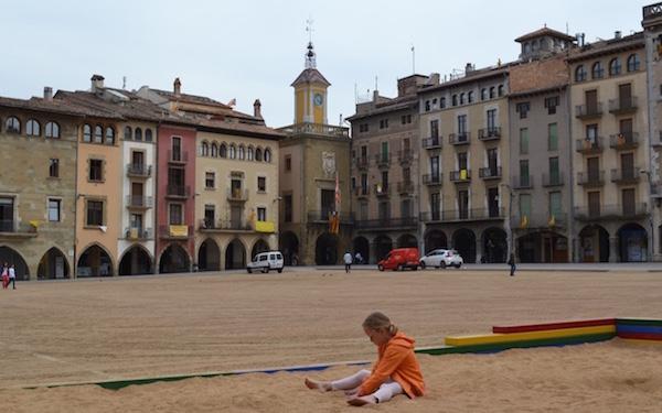 Het centrale plein in het Middeleeuwse stadje Vic (of Vich) in Catalonie