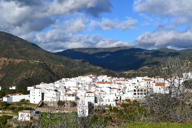 Witte bergdorp Istán in de Sierra de las Nieves in het binnenland van Malaga (Andalusië, Zuid Spanje)