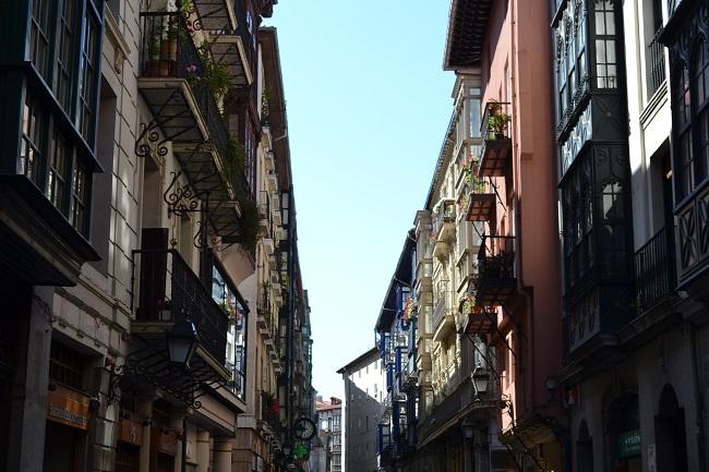 Balkon en erkers in de oude binnenstad van Bilbao (Baskenland, Noord Spanje)