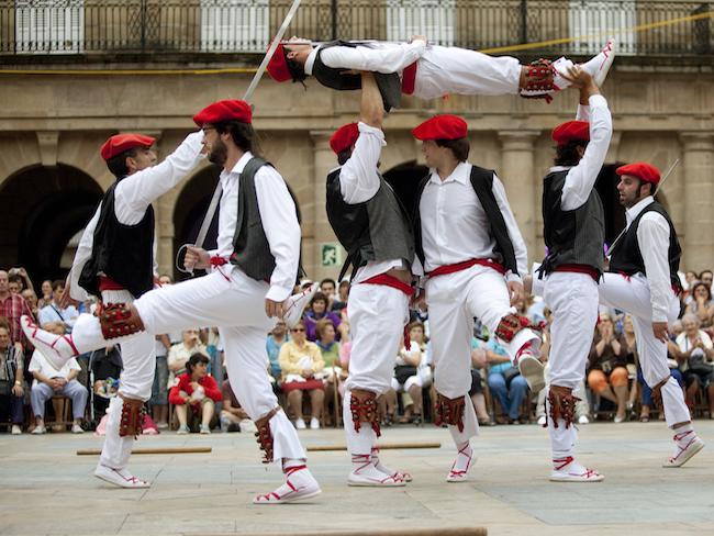 Baskische dansers tijdens de Semana Grande in Bilbao