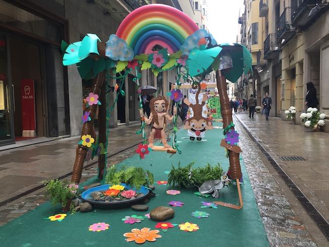 Versierde schommel in carrer Nou tijdens Girona Temps de Flors 2019