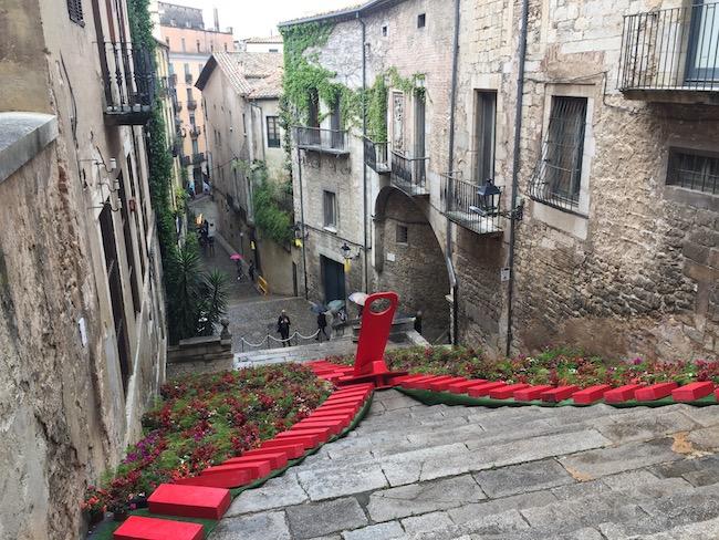 Bloemversiering op de trappen van de Sant Martí Seminari kerk in Girona