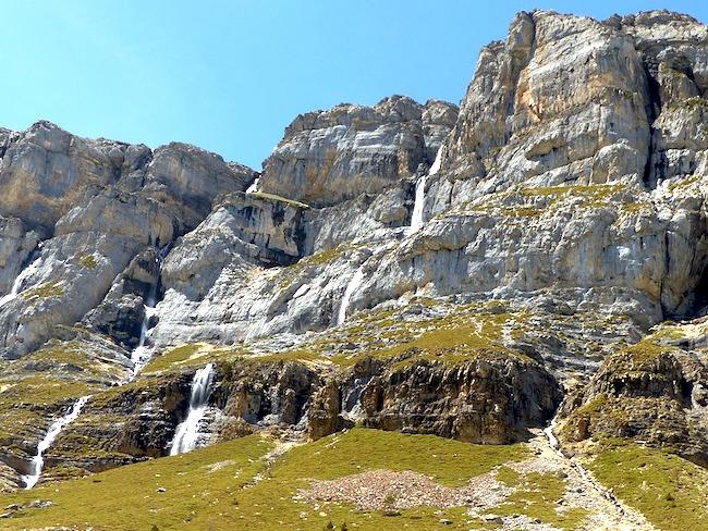 Kalkmassieven en watervallen in de Ordesa vallei in Spanje's nationale park Ordesa y Monte Perdido (Spaanse Pyreneeën)