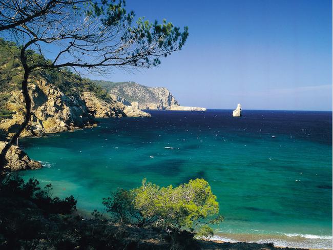 Kliffen bij Benirras strand op Spaanse eiland Ibiza