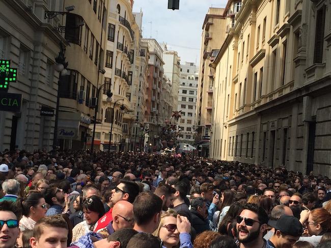 Een gigantische mensenmenigte wacht op het begin van de Mascletà tijdens de Fallas feesten in Valencia