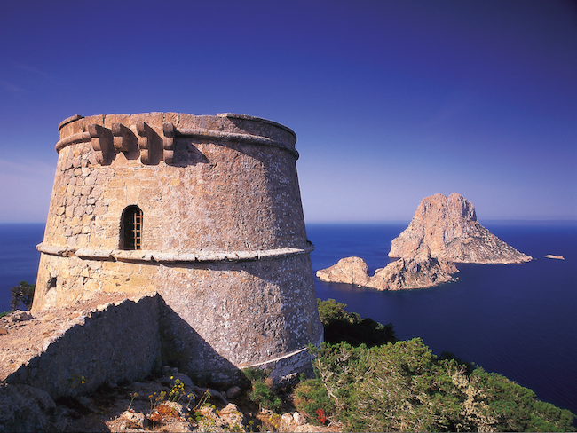 De Piratentoren (Torre del Pirata) - de hoogste verdedigingstoren van het Spaanse eiland Ibiza