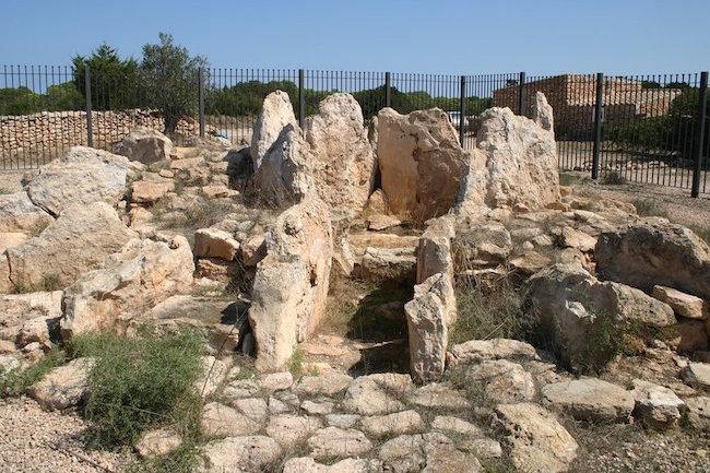 prehistorische graftombe in ca na costa op formentera