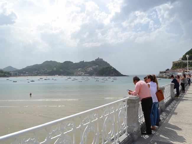 Uitzicht vanaf promenade op stadsstrand van San Sebastian