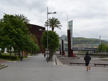 Sporten langs de Nervion rivier in Bilbao (Baskenland)
