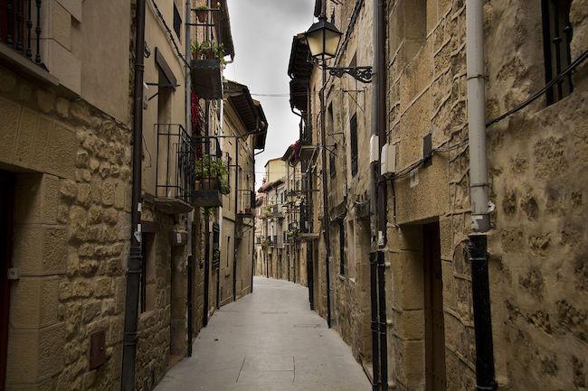 Een straat in de Middeleeuwse plaats Laguardia (La Rioja, Midden Spanje)
