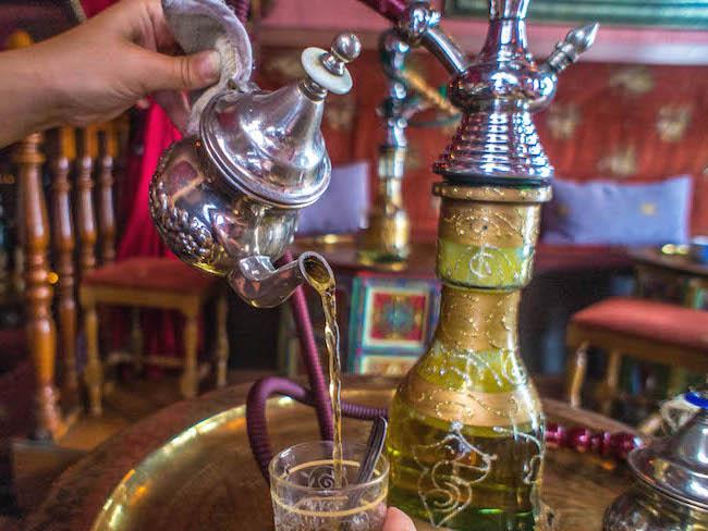 Thee drinken in een Arabisch theehuis in Granada (Andalusië)