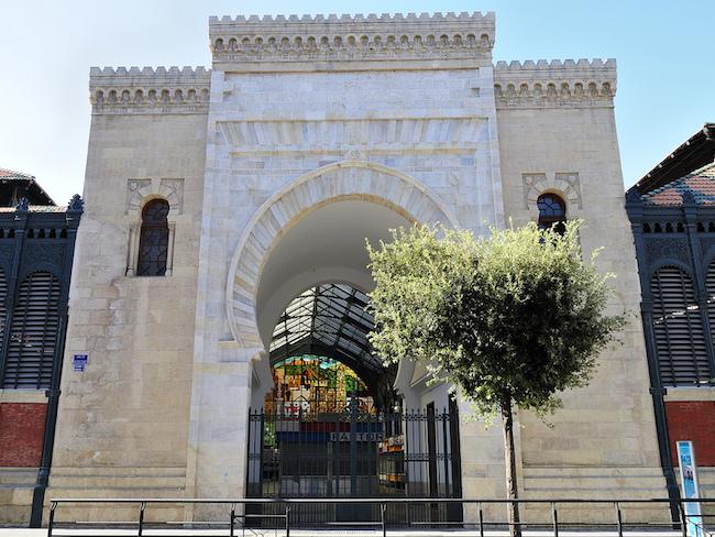 De Arabische toegangspoort van de Atarazanas markt in Malaga (Zuid Spanje)