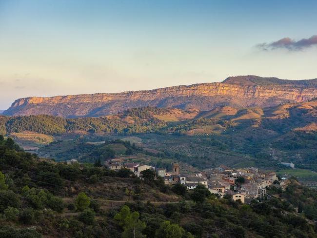 Torrija met op achtergrond Montsant bergmassief in Catalonië