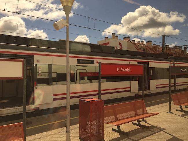 De trein van Madrid naar Salamanca maakt een tussenstop in El Escorial
