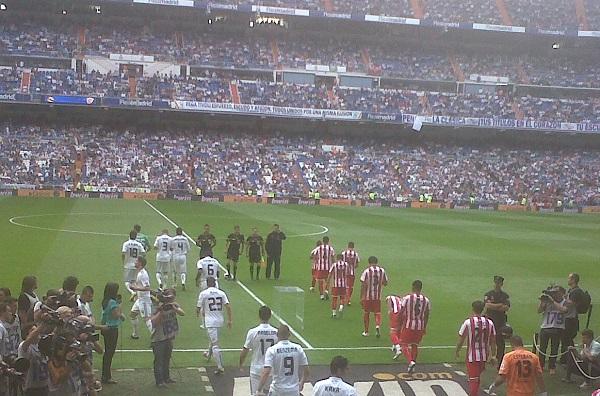 Een voetbalwedstrijd van Real Madrid in het Bernabeu Stadion (Madrid, Spanje)