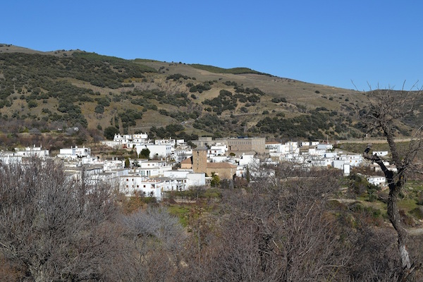 wit dorp in natuurgebied Alpujara in Andalusië