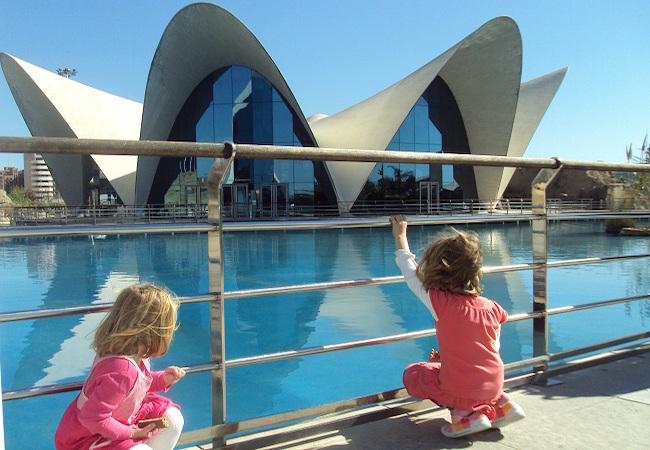 Oceanografic met kinderen in stad der kunsten in Valencia