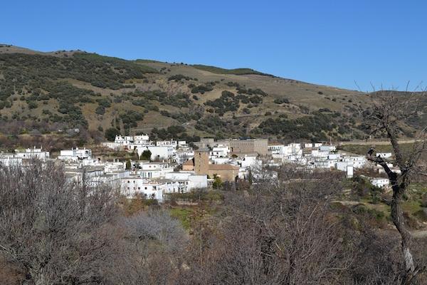 wit bergdorp in natuurgebied La Alpujara in Andalusië