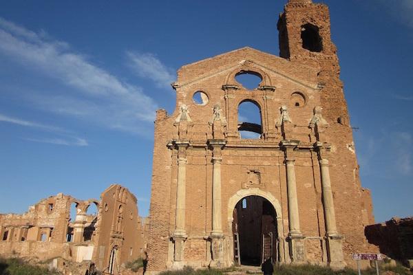 Kerk in verlaten dorp Belchite in Aragón