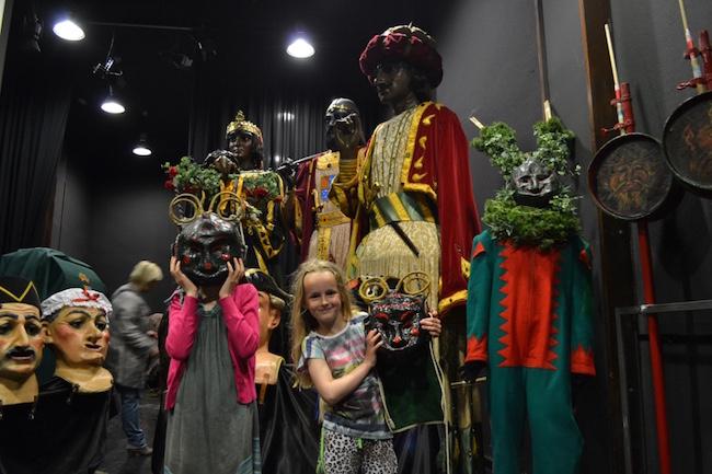 In het Casa de Patum de maskers en kostuums van de Patum van Berga bewonderen