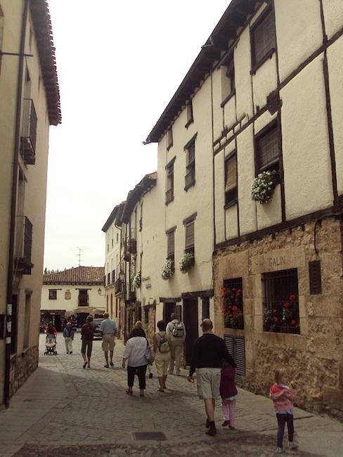 Een van de smalle straatjes met vakwerkhuizen in de Middeleeuwse plaats Covarrubias