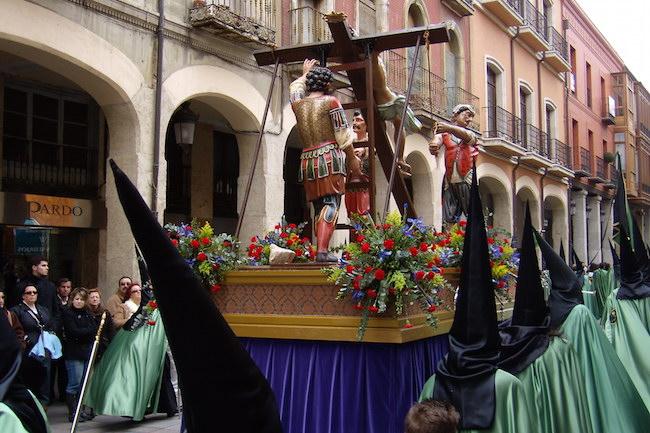 Het Ereccion de la Cruz beeld in de Semana Santa processie van Palencia (Midden Spanje)