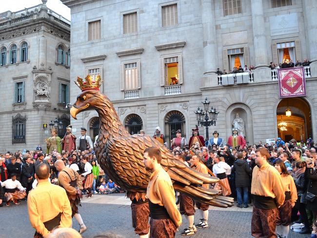 Dans met de adelaar tijdens de Santa Eulalia feesten in Barcelona (Catalonië)