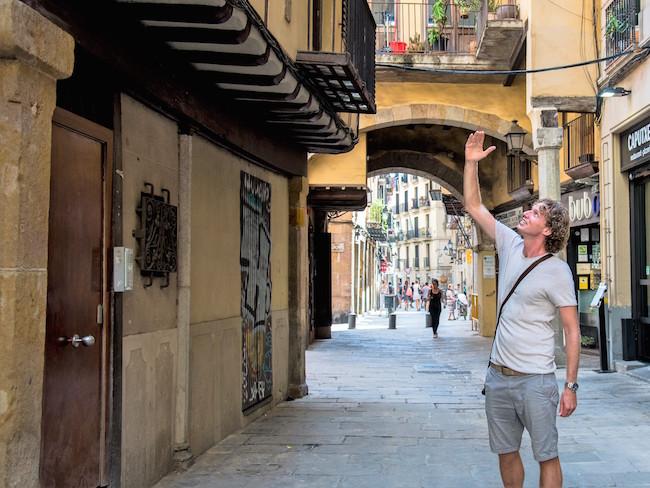 Robbert aan het werk tijdens de Gotische wandeltour van Robbcn door Barcelona