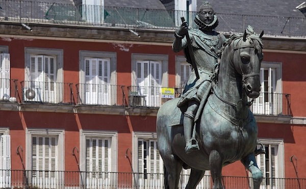 Beeld van koning CarlosIII op Plaza Mayor in Madrid