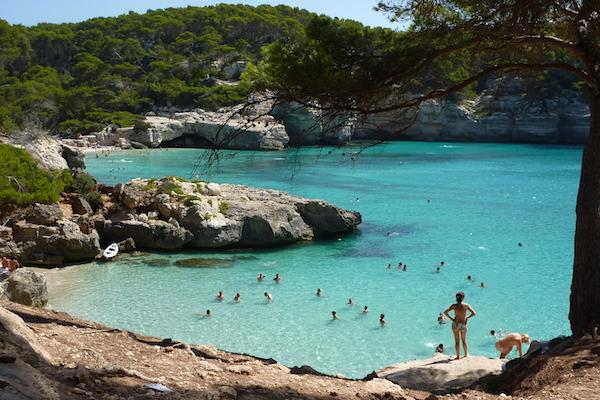 Zwemmen in een baai op Menorca
