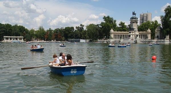 Roeien in het El Retiro Park in Madrid