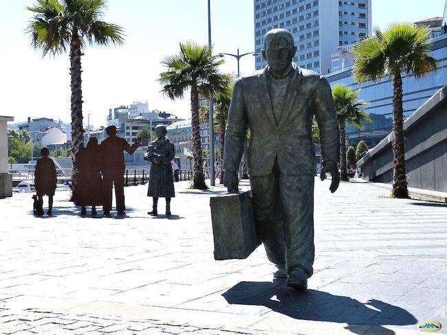 Standbeeld van een emigrant in de haven van Vigo (Noord Spanje)