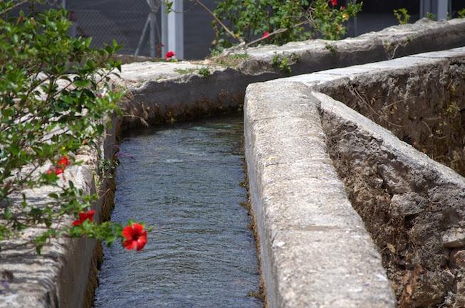 Het Moorse watersysteem in en buiten het witte dorp Velez de Benaudalla in de provincie Granada (Andalusië, Spanje)