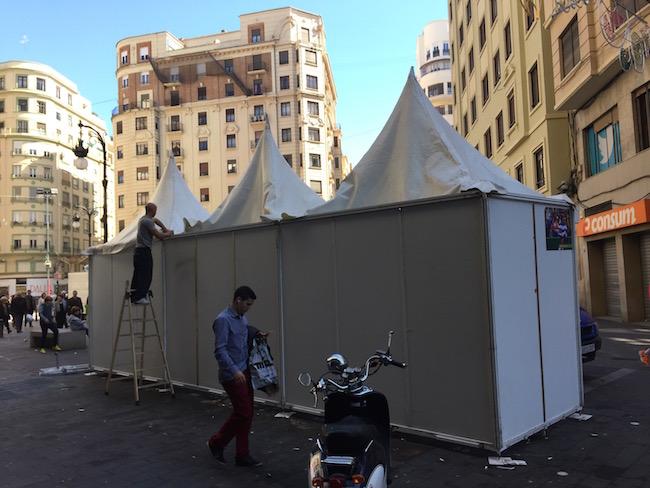 Afbreken churros tent na afloop van Fallas feest in Valencia
