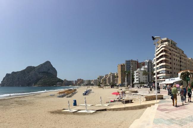 Appartementencomplexen aan het La Fossa strand in Calpe