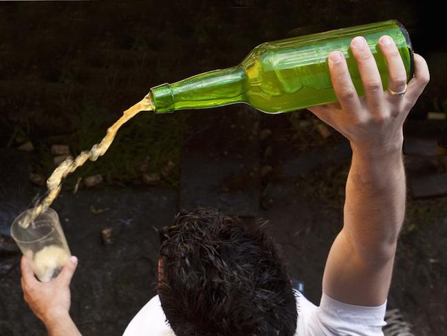 Je moet goed mikken om de appelcider in het glas te krijgen...