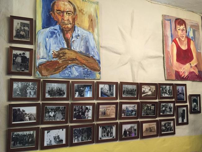 Een portret van Antonio en Virtudes en oude foto's van het gehucht hangen op in het kleine restaurant van El Acebuchal.