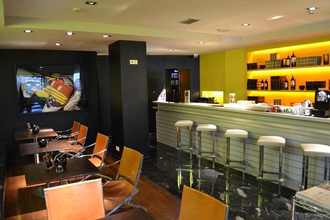 Bar voor gasten met non-stop gratis non-alkoholische dranken in Design Hotel Miro Bilbao
