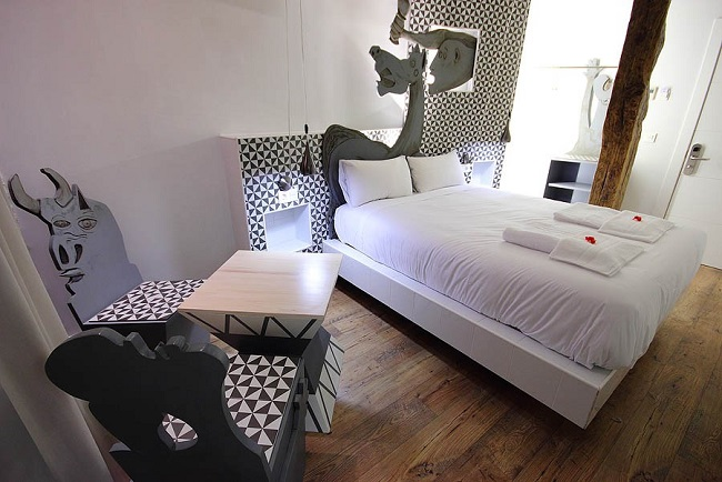 Txakoli slaapkamer in Basque Boutique hotel Bilbao, met stoelen van oude wijnvaten