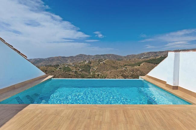 Afkoelen en wegdromen in het zwembad op het dakterras van B&B Torreon 109 in Zuid Spanje