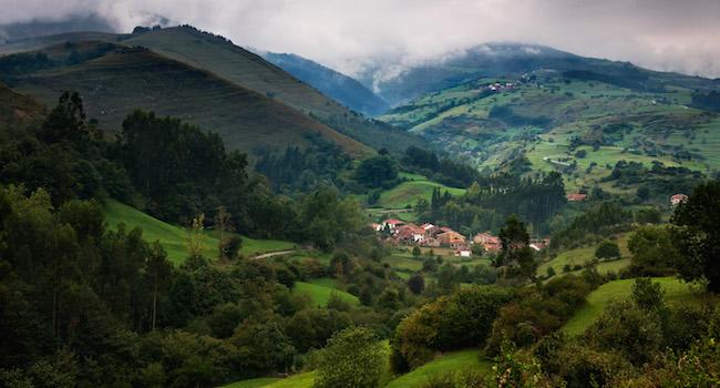 Groene bergen en valleien in Cantabrië (Noord Spanje)