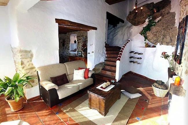 Rotswand in binnenkant van vakantiehuis Casa el Pastor in Los Nogales in Zuid Spanje