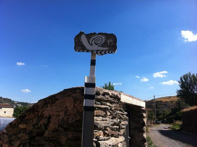 Bordje dat de weg wijst naar hotel Spa la Senda de los Caracoles