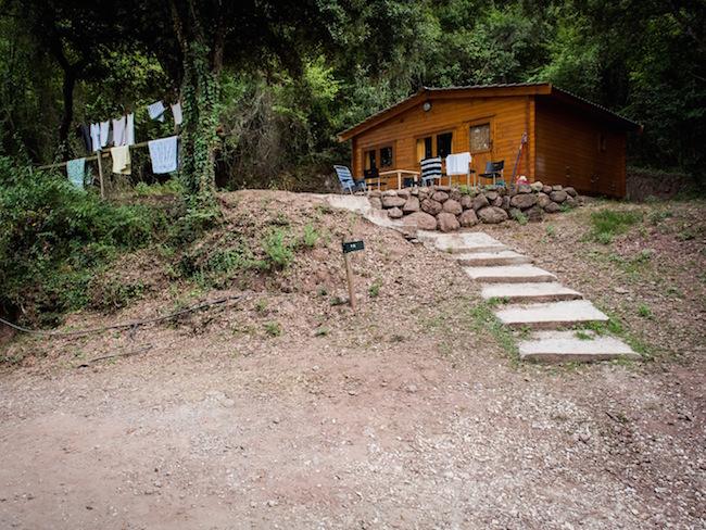 Een door natuur omringde bungalow van camping Manso Coguleras in Catalonië