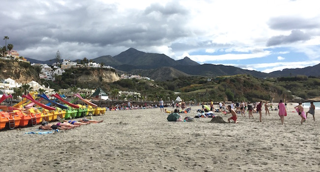 Playa Burriana in Nerja (Costa del Sol, Andalusië, Zuid Spanje)
