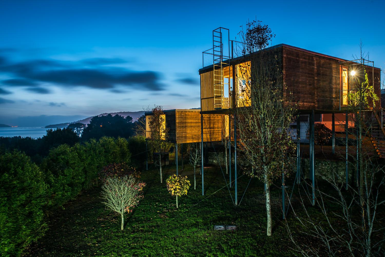 De boomhutten van Cabañas da Broña liggen aan de kust van Galicië (Noord Spanje)