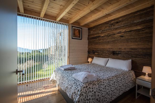 De boomhutten van Cabañas da Broña aan de kust van Galicië hebben afgescheiden slaapkamer(s).