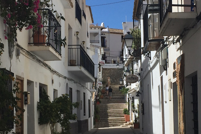 Een smal, stijl straatje in het historische witte dorpje Altea, op 15 minuten rijden van Calpe