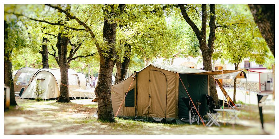 Schaduwrijke staanplaatsen op camping Isábena (Huesca, Aragón)