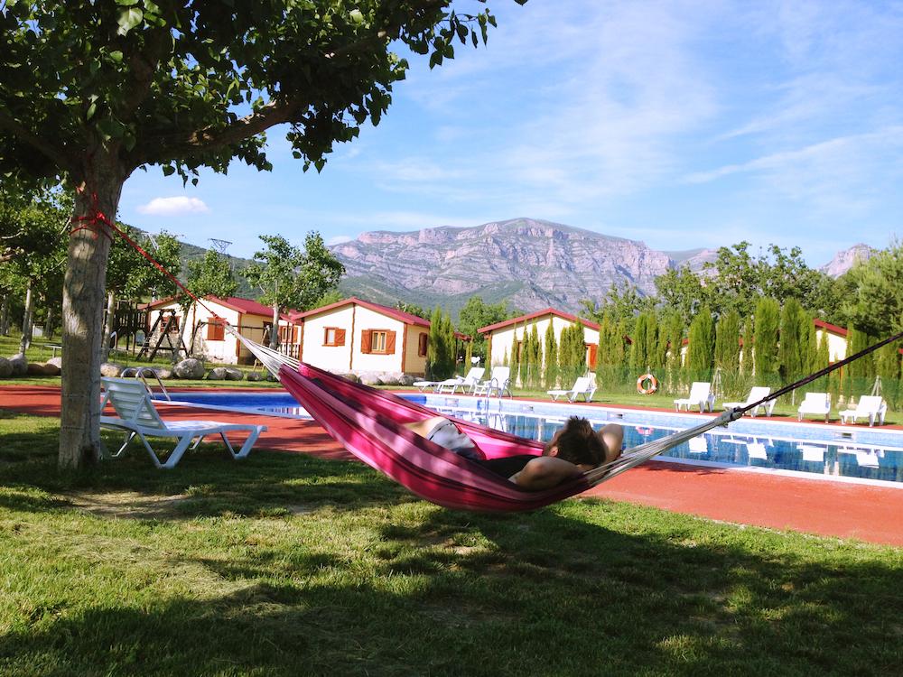Zwembad van camping Isábena in Aragón, met uitzicht op de Spaanse Pyreneeën